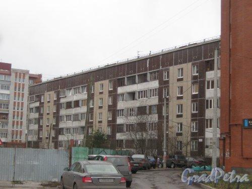 Лен. обл., Гатчинский р-н, г. Гатчина, ул. Генерала Кныша, дом 16. Фрагмент здания со стороны фасада. Фото 24 ноября 2013 г.