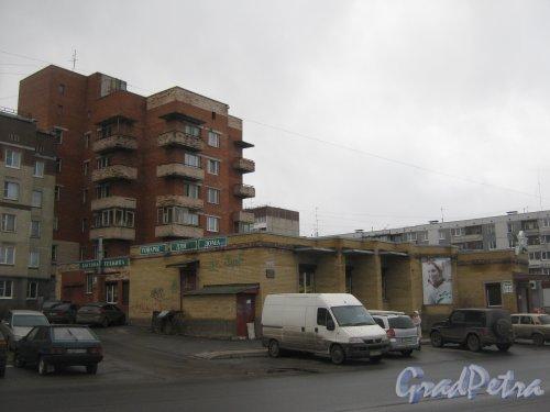 Лен. обл., Гатчинский р-н, г. Гатчина, ул. Генерала Кныша, дом 9. Часть здания со стороны фасада. Фото 24 ноября 2013 г.
