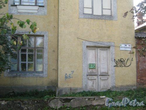 Лен. обл., Гатчинский р-н, г. Гатчина, ул. Чкалова, дом 36. Фрагмент фасада здания. Фото август 2013 г.
