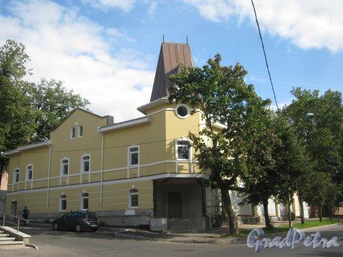 Лен. обл., Гатчинский р-н, г. Гатчина, ул. Чкалова, дом 21а. Общий вид здания. Фото август 2013 г.