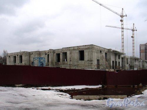 Строительство ЖК «Лиственный». Вид со стороны Северного проспекта и Сосновского лесопарка. Фото февраль 2014 г.