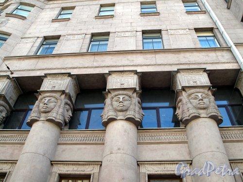 Захарьевская ул., д. 23. Доходный дом Л. И. Нежинской. Фрагмент фасада. Фото май 2011 г.