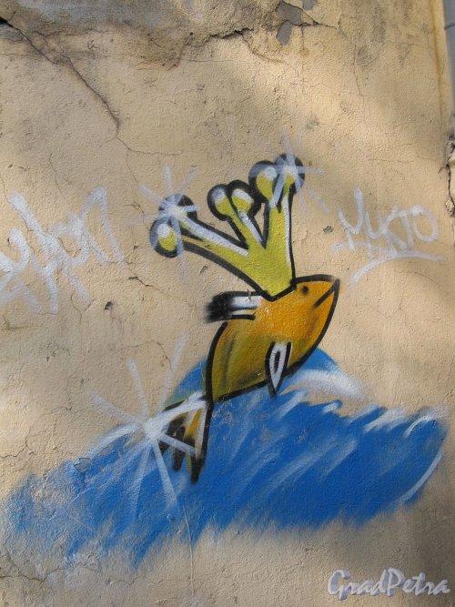 ул. Жуковского, д. 6. Доходный дом И. П. Струбинского. Двор. Фрагмент росписи «Золотая рыбка». Фото май 2011 г.