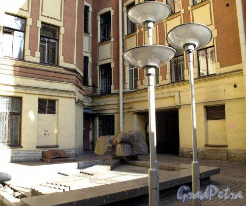 Жуковского ул., д. 31. Доходный дом. Вид на фонтан. Фото май 2011 г.