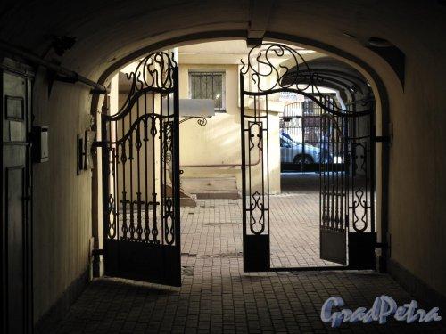 Жуковского ул., д. 31. Доходный дом. Решетка между дворами. Фото май 2011 г.