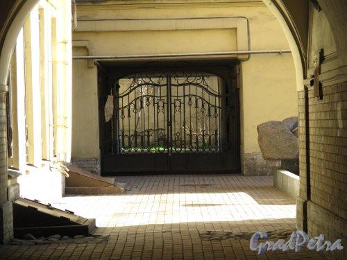 Жуковского ул., д. 31. Доходный дом. Решетка между внутренними дворами. Фото май 2011 г.