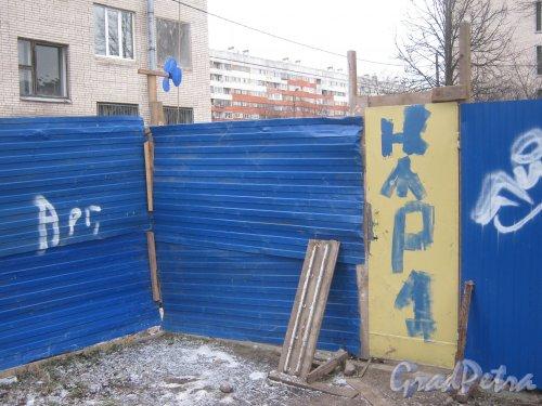 Ул. Отважных, дом 12. Временный въезд со стороны КТП на территорию ремонтируемого здания. Фото февраль 2014 г.