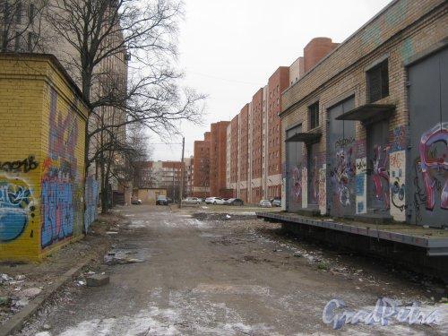 Ул. Отважных, дом 12. Проезд со стороны КТП в сторону домов 4 (справа) и 10 (слева). Фото февраль 2014 г.