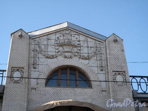 Фурштатская ул., д. 24. Особняк В.С.Кочубея. Фрагмент фасада здания. Фото май 2011 г.