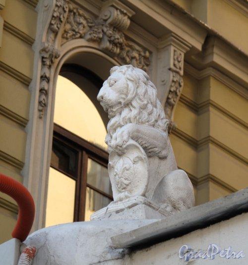 Фурштатская ул., д. 36. Скульптура на воротах между корпусами. Фото май 2011 г.
