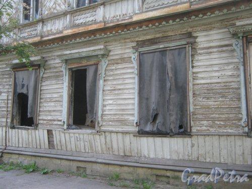 Лен. обл., Гатчинский р-н, г. Гатчина, ул. Чкалова, дом 12. Фрагмент фасада расселённого и заброшенного здания. Фото август 2013 г.