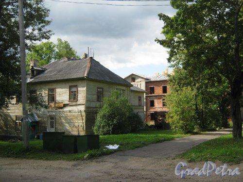 Лен. обл., Гатчинский р-н, г. Гатчина, ул. Чкалова, дом 14. Фрагмент здания. Вид со стороны дома 12. Фото август 2013 г.