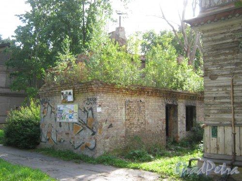 Лен. обл., Гатчинский р-н, г. Гатчина, ул. Чкалова, дом 12. Остатки строений слева от расселённого и заброшенного здания. Фото август 2013 г.