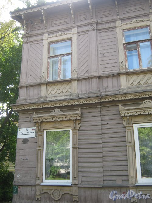 Лен. обл., Гатчинский р-н, г. Гатчина, ул. Чкалова, дом 6. Фрагмент фасада здания. Фото август 2013 г.