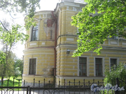 Лен. обл., Гатчинский р-н, г. Гатчина, ул. Чкалова, дом 2. Фрагмент здания школы. Фото август 2013 г.