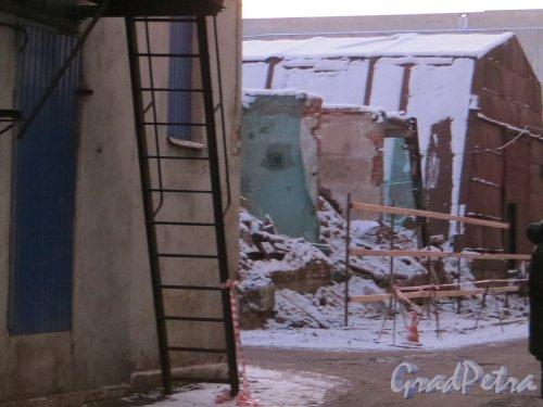 Шпалерная ул., дом 51, лит. Г. Частичный снос корпуса со стороны Шпалерной улицы. Вид со стороны  Ставропольской улицы. Фото 24 января 2014 г.