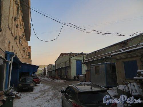 Шпалерная ул., дом 51. Внутренний проезд по территории участка между Кавалергардской улицей и Ставропольской улицей за корпусом литера А. Фото 24 января 2014 года.