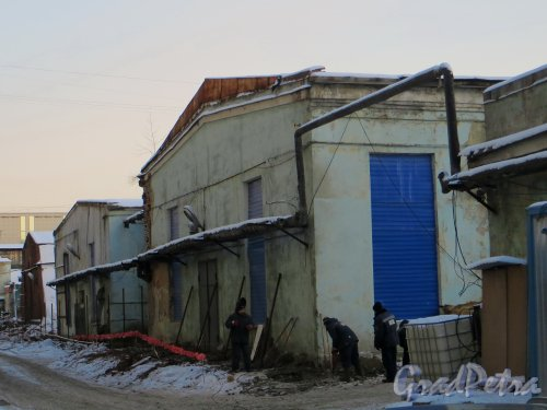 Шпалерная ул., дом 51, литера Л (с группой рабочих, начинающих демонтаж корпуса) и литера Н (дальний). Фото 24 января 2014 года.