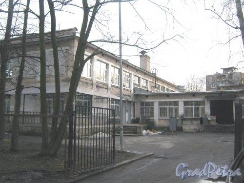 Ул. Зины Портновой, дом 56. Фрагмент здания школы. Вид со стороны дома 48. Фото 24 февраля 2014 г.