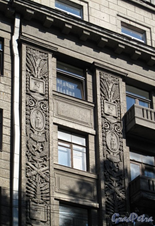 Таврическая ул., д. 31-33. Жилой дом начсостава ВМФ. Фрагмент фасада. Фото август 2011 г.