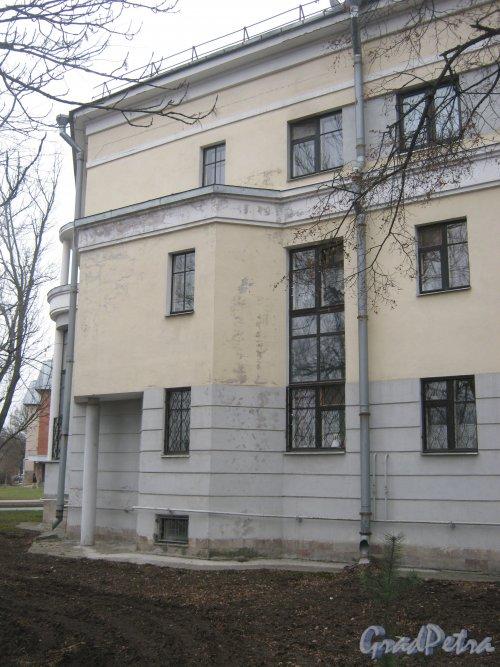 Город Пушкин, Железнодорожная ул., дом 6. Фрагмент фасада со стороныжелезнодорожной ул. Фото 1 марта 2014 г.