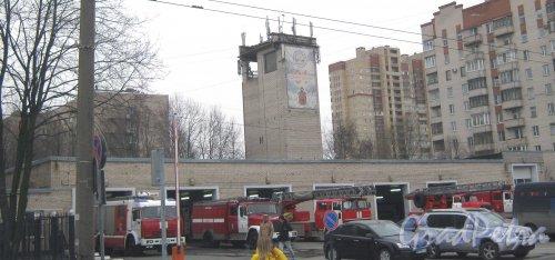 Ул. Звёздная, дом 13. Общий вид с чётной стороны улицы на правую (центральную) часть здания пожарной части №3. Фото 1 марта 2014 г.
