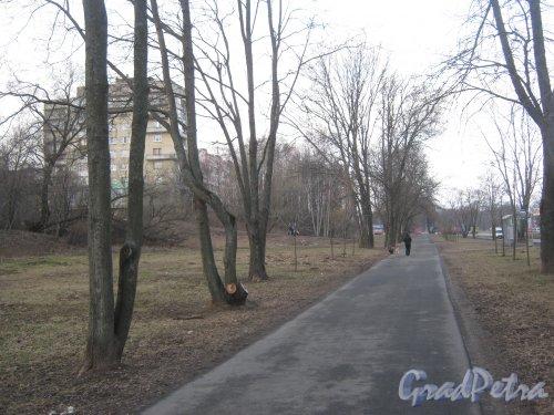 г. Ломоносов, ул. Жоры Антоненко, дом 6, корпус 1 (слева). Вид с пешеходной дорожки вдоль Ораниенбаумского шоссе. Фото 7 марта 2014 г.