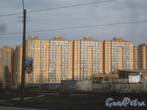 Всеволожский р-н, д. Кудрово, Леннградская ул., дом 3. Общий вид здания с ул. Дыбенко. Фото 9 марта 2014 г.