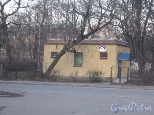 Турбинная ул., дом 18а. Общий вид здания туалета со стороны дома 11. Фото 26 февраля 2014 г.