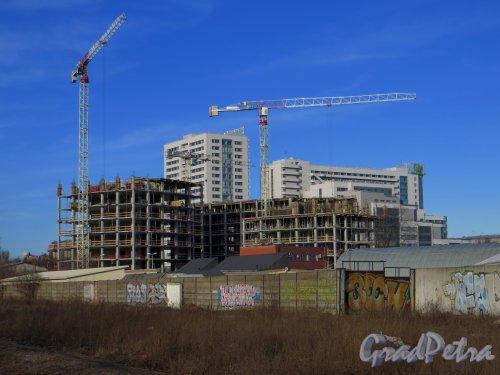 Ташкентская ул., дом 3. Общий вид строительства коммерческо-делового центра «Фландрия Плаза» с территории железнодорожных путей бывшей Варшавского ж/д. Фото 11 марта 2014 года.