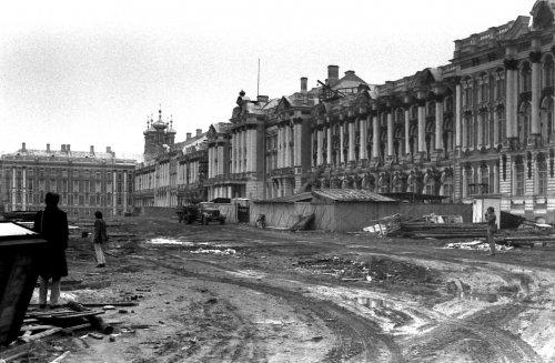 Работы по благоустройству территории Большого Екатерининского дворца. Фото 1979 года.