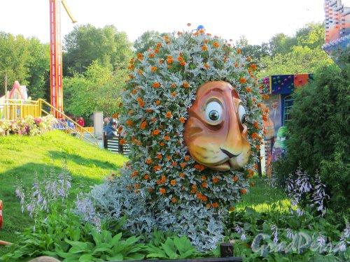 Парк аттракционов «Диво Остров». Декоративная скульптура «Лев». Фото 6 июля 2013 года.