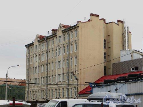 Корпусная улица, дом 18. Общий вид здания. Фото 30 апреля 2013 года.