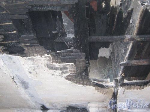 г. Красное Село, ул. Равенства, дом 7. Фрагмент сгоревшего потолка здания школы. Фото 24 февраля 2014 г.