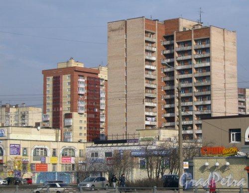 Бухарестская ул., дом 144. Общий вид зданий, относящихся к дому 144 (на переднем плане). На заднем плане справа - дом 142, корпус 2, слева - дом 3, корпус 2 по Моравскому пер. Фото 28 февраля 2014 г.