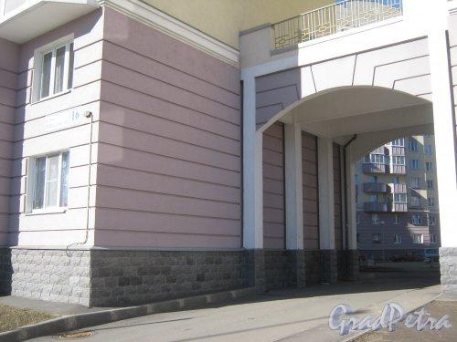 Ул. Маршала Захарова, дом 16, корпус 1, литера А. Арка въезда во двор. Фото 11 марта 2014 г.