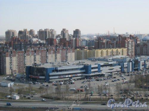 Ул. Савушкина, дом 141. Фрагмент здания ТРК «Меркурий» с крыши дома 2 по Лыжному пер. Фото 18 апреля 2014 г.