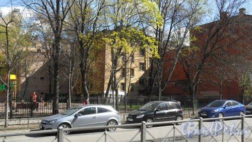 9-я Советская улица, дом 28 (в центре Фотографии за сквером). Фото 30 апреля 2014 года.