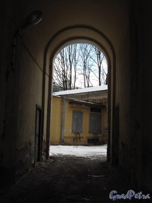 л. Смольного, д. 3. Александровский институт. Вид через арку на дворовые постройки. Фото март 2014 г.