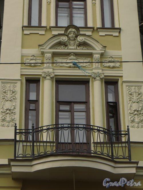 Фурштатская улица, дом 36, литера Б. Центральная часть фасада после капитального ремонта. Фото 29 апреля 2014 года.
