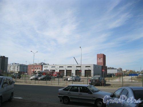 Долгоозёрная ул., дом 28. Вид от дома 33, корпус 1. Фото 25 апреля 2014 г.