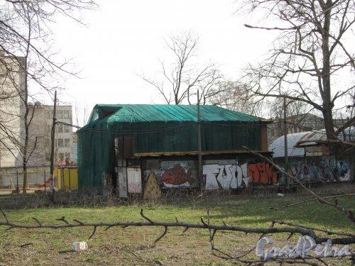 улица Одоевского, дом 21, литера А. Вид здания с Железноводской улицы. Фото 30 апреля 2012 года.