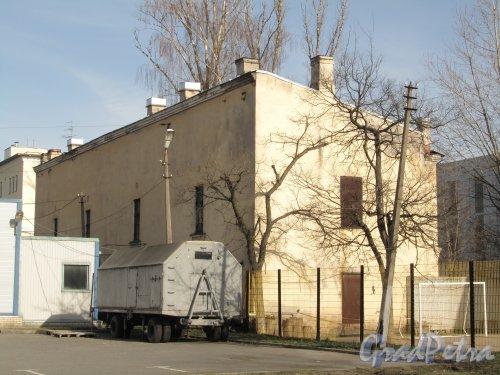 улица Одоевского, дом 17, литера А. Вид здания сжелезноводской улицы. Фото 30 апреля 2012 года.