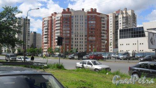 Улица Хошимина, дом 12. 12-этажный кирпично-монолитный дом 2003 года постройки. Фото 17 июня 2014 года.