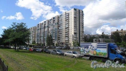 Улица Хошимина, дом 6, корпус 1. 16-этажный дом 137 серии 1994 года постройки. Фото 17 июня 2014 года.