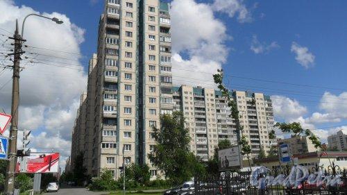 Улица Хошимина, дом 5, корпус 1. Вид дома с улицы Композиторов. Фото 17 июня 2014 года.