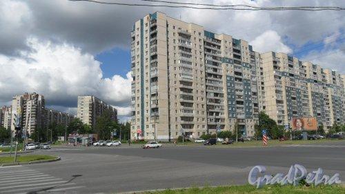 Улица Композиторов, дом 7. Угол улиц Композиторов и Хошимина. Фото 17 июня 2014 года.