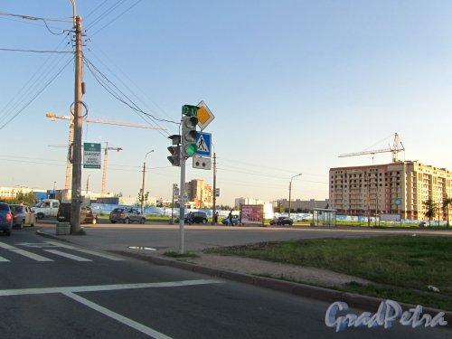 Бухарестская улица, участок 1 (южнее пересечения с ул. Олеко Дундича). Участок строительства новых корпусов больницы им. С.П. Боткина. Фото 27 июля 2012 года.