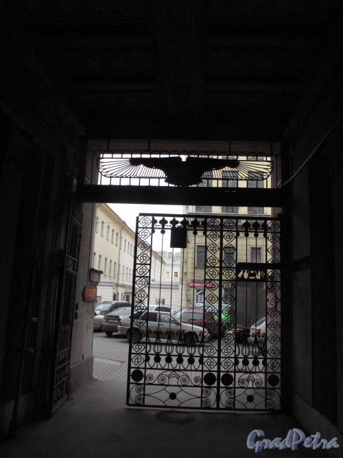 Захарьевская ул., д. 23. Доходный дом Л. И. Нежинской. Решетка ворот. Фото март 2014 г.