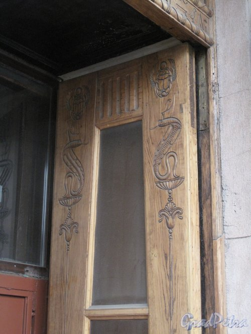Захарьевская ул., д. 23. Доходный дом Л. И. Нежинской. Оформление створки входной двери. Фото март 2014 г.